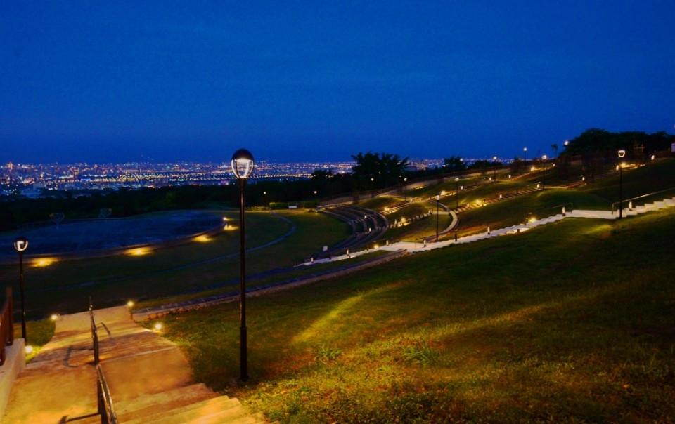 燈具特殊鋪排方式-讓夜景隨視覺規劃延伸到地面的光點上。(記者張越安翻攝)